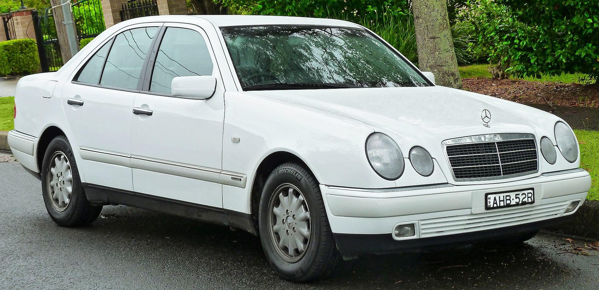 1999 Mercedes-Benz E 240 (W 210) Elegance sedan (2011-11-17) 01.jpg