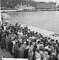 1 mei grote drukte van toeristen in Amsterdam bij reisbureaus, Bestanddeelnr 916-3784.jpg