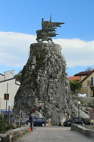 Virpazar - Image: 2013 10 02 Virpazer Monument 9970