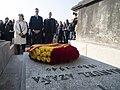 2019-02-24, El presidente del Gobierno, Pedro Sánchez, durante la ofrenda floral ante la tumba del presidente de la II República Manuel Azaña, exilio3.jpg