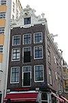 foto van Hoekhuis met gebeeldhouwde klokvormige zandstenen top
