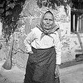 """85- letna Julijana Koščiček, Žužemberk, v beli jopici """"nachtkaseln"""" in """"fertahu"""" (predpasniku) 1957.jpg"""