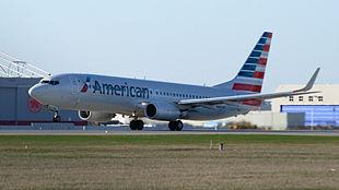 La nuova livrea American su un Boeing 737-800 a Montréal.
