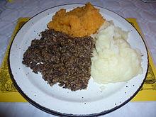 Du haggis servi avec des purées de pommes de terre, de rutabaga pour le fête du 25 janvier en Ecosse