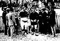 Agen-Quillan, championnat de France de rugby 1930, les deux équipes entrent sur le terrain (à G. capt. Ribère, à D. capt. Bédère).jpg