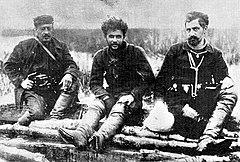 Ο Ιωάννης Δεμέστιχας (δεξιά), με τον Τέλλο Άγρα (κέντρο) και τον καπετάνιο Κάλα (Κωνσταντίνο Σάρρο, αριστερά), τον καιρό του Μακεδονικού Αγώνα