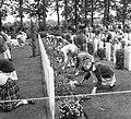 Airborne-herdenking in Oosterbeek. Kinderen leggen bloemen bij de graven, Bestanddeelnr 905-3113.jpg