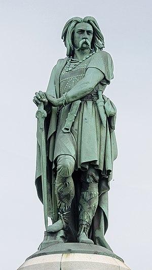 Vercingétorix monument - Statue atop monument