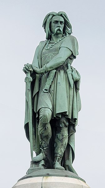 https://upload.wikimedia.org/wikipedia/commons/thumb/8/89/Alise-Sainte-Reine_statue_Vercingetorix_par_Millet_2crop.jpg/337px-Alise-Sainte-Reine_statue_Vercingetorix_par_Millet_2crop.jpg