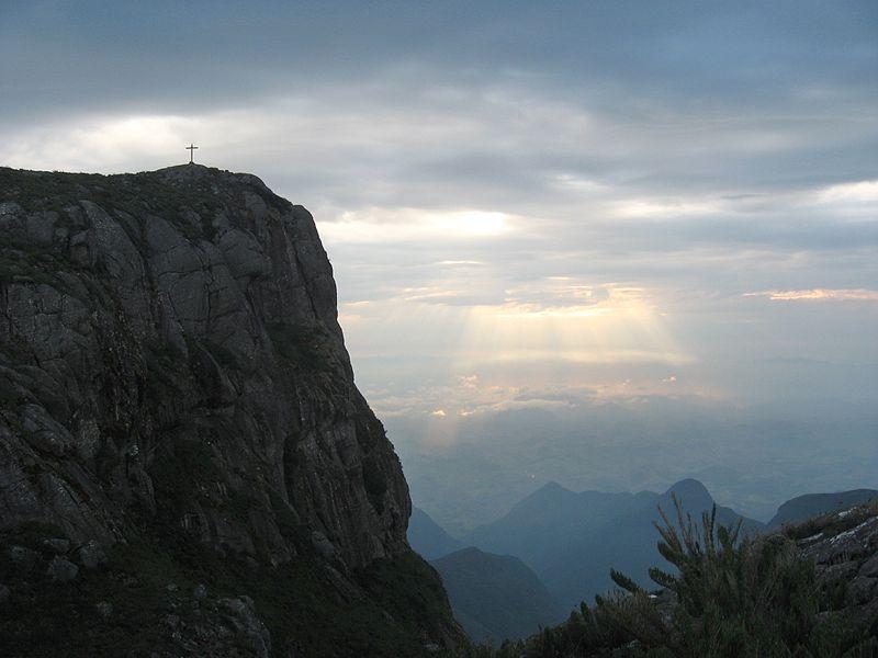File:Alvorecer no Pico da Bandeira.jpg