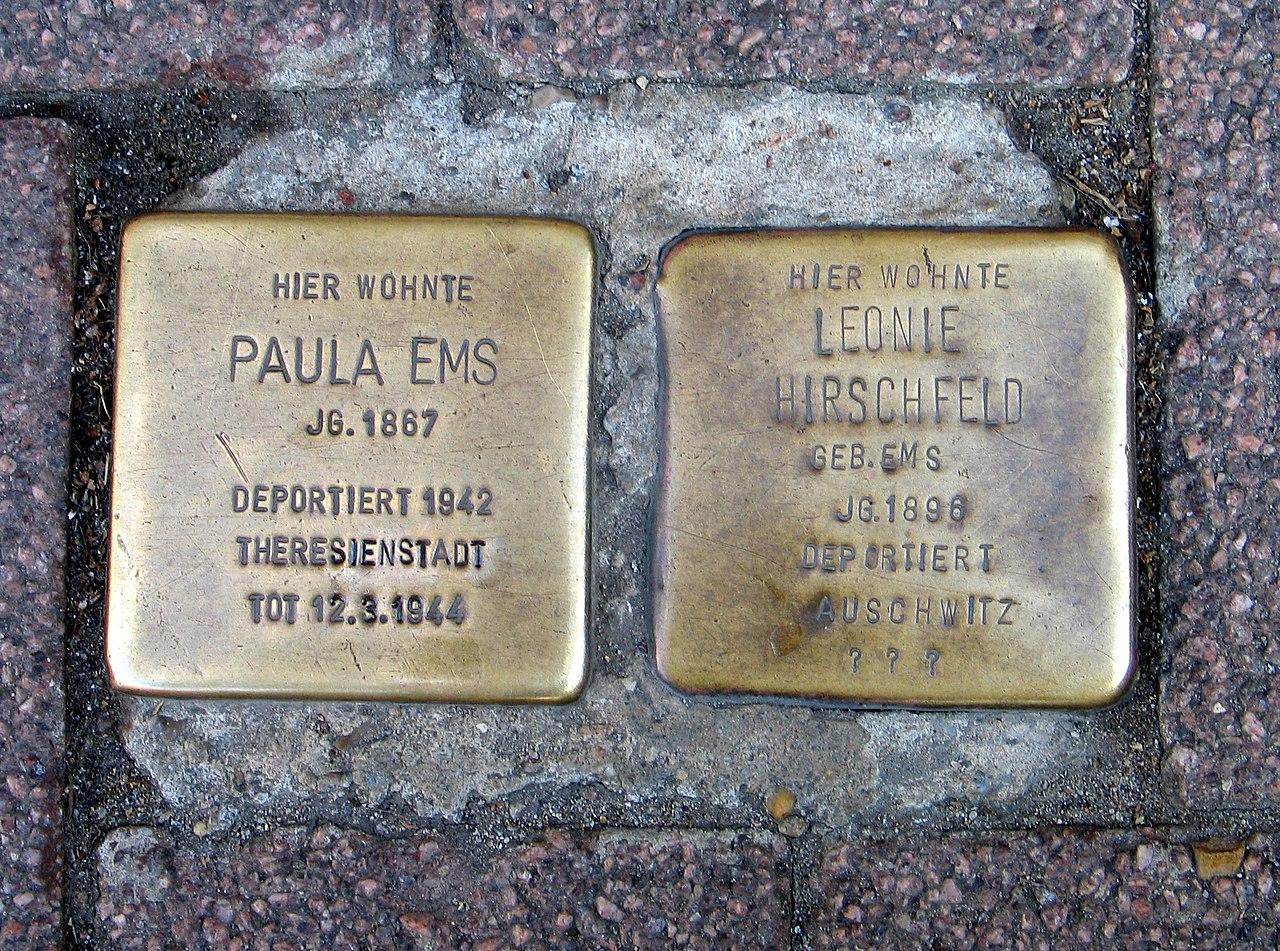 Am Markt 2 Celle, Stolpersteine Paula Ems 1887 geb Rosenthal, deportiert 1942 Theresienstadt Tot 12.3.1944, Leonie Hirschfeld 1886 geb. Ems, deportiert Auschwitz.jpg