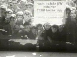 Sit-down staking van winkeliers in Amsterdam naar aanleiding van de zware crisisheffingen en lasten, 31 maart 1937