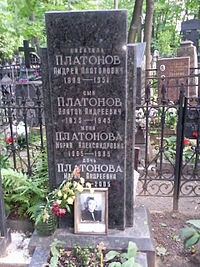 Andrei Platonov's grave, Moscow Armenian cemetery.jpg