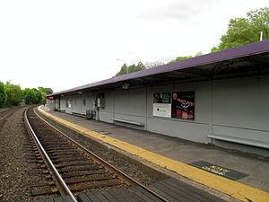 Auburndale (MBTA station) - Modern metal shelter and bare platform