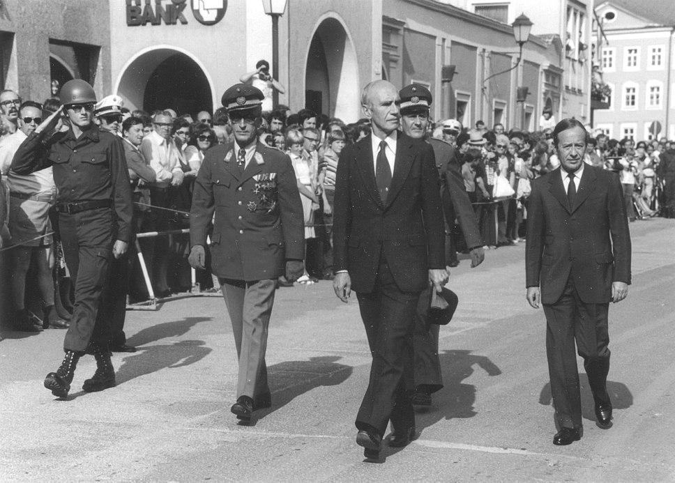 Austrian federal president Dr. Rudolf Kirchschl%C3%A4ger with officials, Salzburg, Residenzplatz