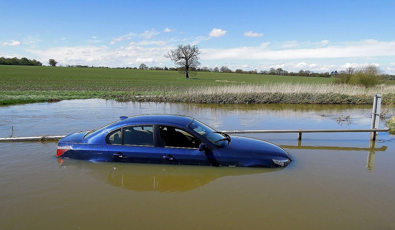 1280px-BMW_5_Series_%2C_Special_Edition_Submarine_%2C_Docked_at_Buttsbury_Wash_%2C_Ingatestone_%2C_Essex%2C_April_2012_-_panoramio.jpg