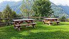 Bergtocht van Cogolo di Peio naar M.ga Levi in het Nationaal park Stelvio (Italië). Terras met picknickbanken aan het bergpad 01.jpg