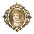 Brosch med flicka gjord av porslin och metall - Livrustkammaren - 97939.tif