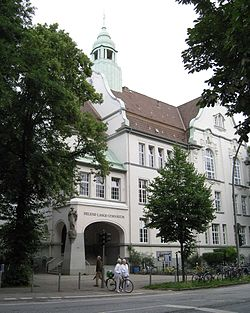 Building of the Helene-Lange-Gymnasium (entirly).jpg