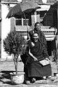 Bundesarchiv Bild 135-S-13-25-17, Tibetexpedition, Regent von Tibet mit Diener.jpg