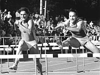 Bundesarchiv Bild 183-1988-0908-049, Gloria Siebert, Cornelia Oschkenat.jpg