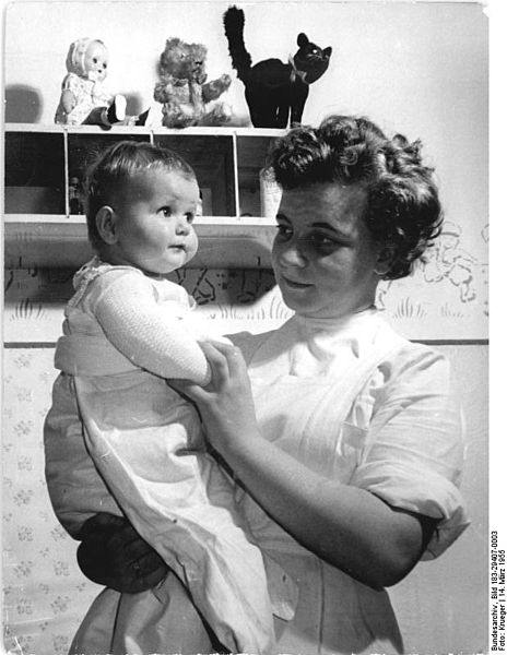 File:Bundesarchiv Bild 183-29407-0003, LPG Wortenberg, Blick in die Kinderkrippe.jpg