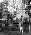 COLLECTIE TROPENMUSEUM Dr. H.N. van der Tuuk op een tempelcomplex in Soekasade TMnr 10018829.jpg