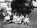 COLLECTIE TROPENMUSEUM Portret van een groep Europese kinderen en een baby in de tuin TMnr 10023888.jpg