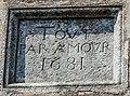 Cartouche, daté de 1681, inséré dans le mur nord de l'église, à l'extérieur.jpg