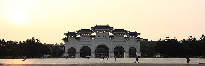 Chiang Kai-shek Memorial Gate 2 e amk.jpg