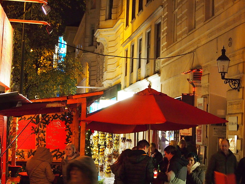 File:Christmas market vienna 201266.jpg