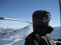 Cold at the chair lift - Frio no teleferico (14763984158).jpg
