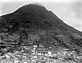 Collectie Nationaal Museum van Wereldculturen TM-10021156 Stadsgezicht, gelegen in een vallei met op de achtergrond een berg gezien vanaf een bergtop Saba -Nederlandse Antillen fotograaf niet bekend.jpg