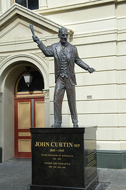 John Curtin statue at Fremantle Town Hall. Curtin statue, Fremantle.JPG