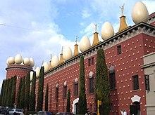 Il Teatro-Museo Dalí a Figueres, dove si trova la sua tomba.