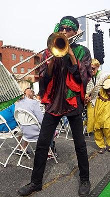Dave Davis mit dem Nationalen Volksfestival Sun Ra Arkestra Greensboro NC 154732.jpg