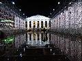 Documenta 14 Der Parthenon der Bücher bei Nacht 03.jpg