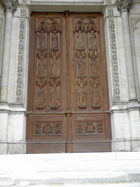 Façade occidentale de la chapelle royale Saint-Louis de Dreux (28). Vantaux de la porte. Les douze apôtres par Liénard et Knecht.