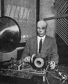 Armstrong presenting his superregenerative receiver, June 28, 1922, Columbia University Edwin Armstrong and superregenerative receiver.jpg
