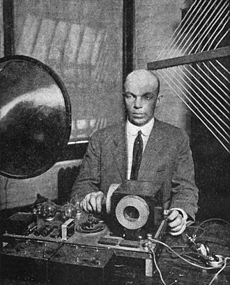 Regenerative circuit - Edwin Armstrong presenting the superregenerative receiver at the June 28, 1922 meeting of the Radio Club of America in Havemeyer Hall, Columbia University, New York.  His prototype 3 tube receiver was as sensitive as conventional receivers with 9 tubes.