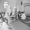 Een groep samaritanen in hun gebedshuis lezend in hun heilige schrift, Bestanddeelnr 255-5602.jpg