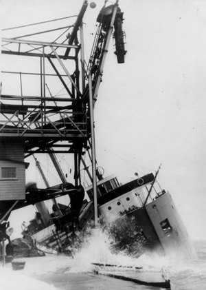 SS Brulin - Image: Efforts to salvage the Outarde in 1946