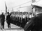 Emil Gesche passando revista aos militares de um vaso de guerra alemão no Porto do Funchal.jpg