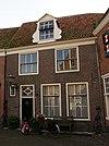 foto van Eenvoudig huis met rechte kroonlijst en dakkapel