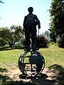 Escultura a Charles Chaplin (1972) Jardins de Joan Brossa.jpg