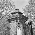 Exterieur SMEEDIJZEREN HEK (VOORMALIG TOLHEK), DETAIL BEELLDHOUWWERK - 's-Gravenhage - 20272609 - RCE.jpg