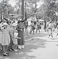 Fêtes du Nam-giao en 1942 (7). S.M. l'Impératrice Nam-phương photograhie au passage son royal époux. Elle est accompagnée de ses enfants et de ses nièces ; à sa droite la baronne Pierre Didelot, sa sœur.jpg