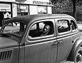 Ford V8 Modell 48, 1935-ös kiadású személygépkocsi. Háttérben a Szent István park 26. számú sarokház Pozsonyi út felőli oldala. Fortepan 72498.jpg