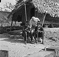 Fotograaf Willem van de Poll met twee kapiteins van het boslandcreooldorp Ganzee, Bestanddeelnr 252-5851.jpg