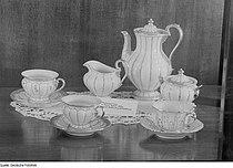 Fotothek df roe-neg 0006505 029 Mokkaservice und Tischdecke in einer Glasvitrine, Herbstmesse 1953.jpg